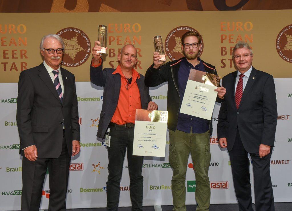 Chris Wisse (links) en Felix Dreyer (rechts) namens craft bierbrouwerij Jopen